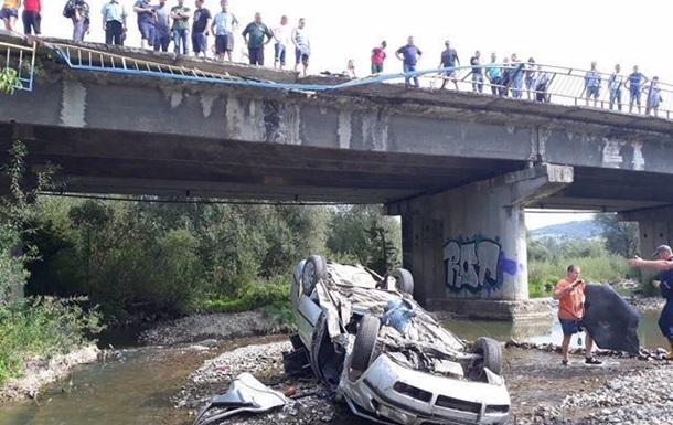На Львівщині троє людей постраждали через падіння машини з моста