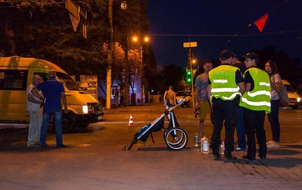 В Днепре маршрутка сбила семью с детьми на пешеходном переходе