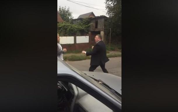 У Чернівцях зняли бійку чиновника з таксистом