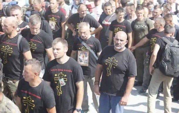 У Почаєві помітили паломників у провокаційних футболках