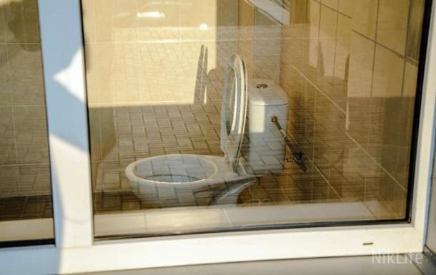 В Николаеве на стадионе установили туалет с прозрачным стеклом
