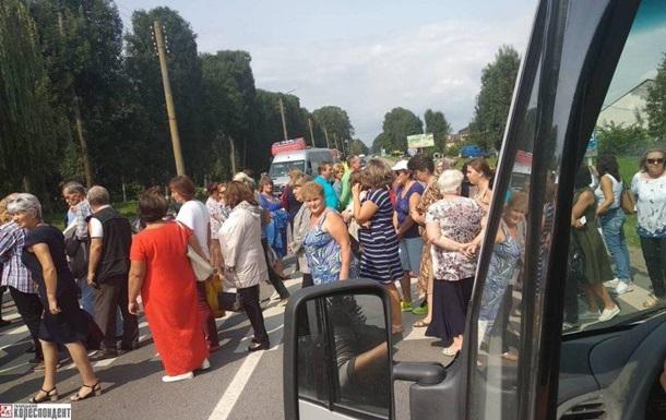 На Прикарпатье педагоги перекрыли трассу из-за долгов по зарплате