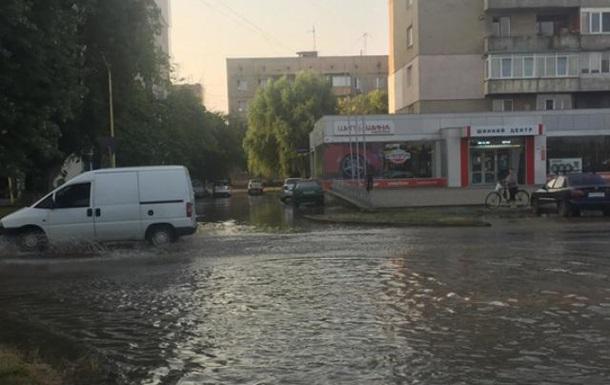 В Ужгороді аварія на водопроводі, затоплені вулиці