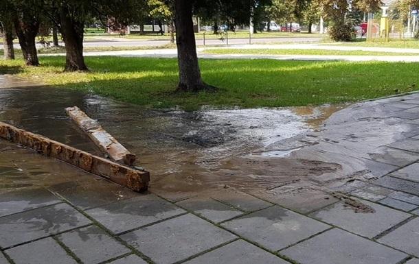 На вулиці Львова вода б є ключем з-під асфальту