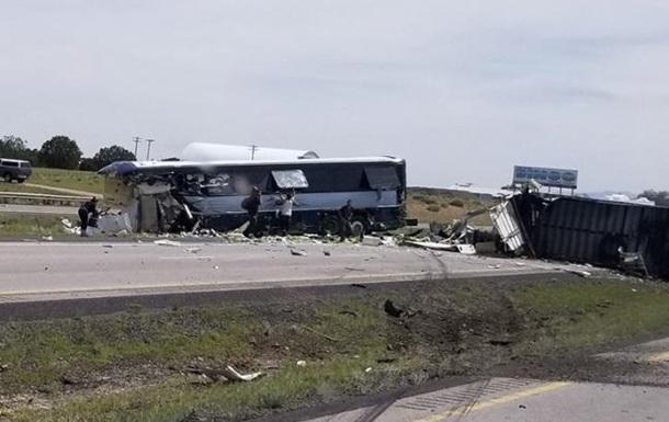 В США столкнулись автобус и фура: семь погибших