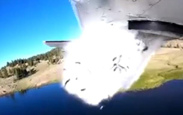 У США живу рибу скидають у водойми з літаків
