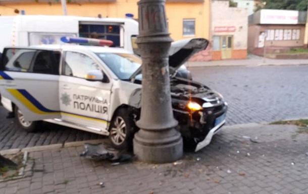 У Чернівцях автомобіль патрульних врізався у стовп