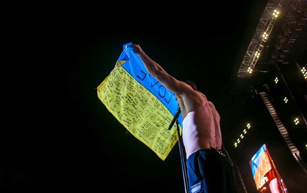 Солист Imagine Dragons вышел на сцену с флагом Украины