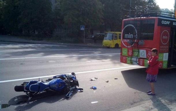 У Києві мотоцикл  влетів  у тролейбус, є постраждалі