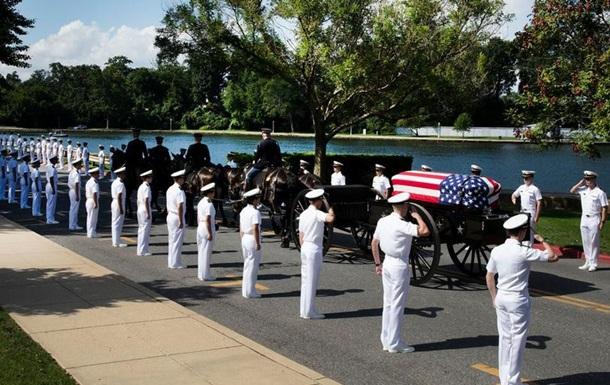 Джона Маккейна поховали на території військової академії