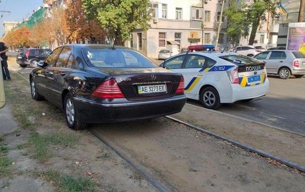 В Днепре автомобиль парализовал движение трамваев