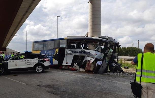 В Іспанії автобус врізався в міст: п ять загиблих