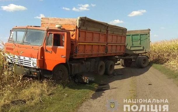 Вантажівка переїхала двох мопедистів у Харківській області