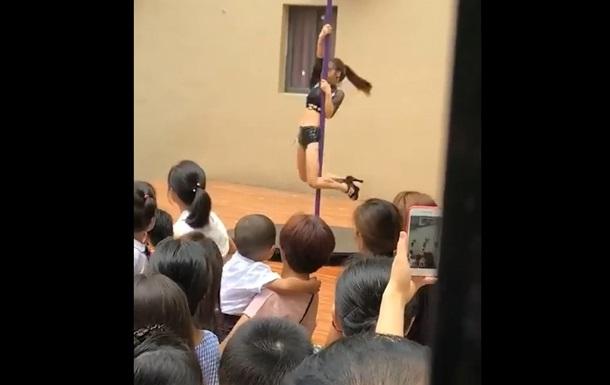 Директора детсада уволили из-за танца на шесте