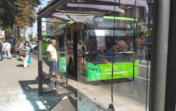 У Харкові тролейбус врізався в зупинку