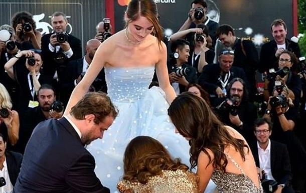 На фестивале в Венеции актриса запуталась в платье