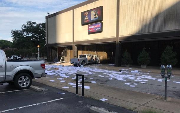 У США авто протаранило офіс телеканалу Fox News