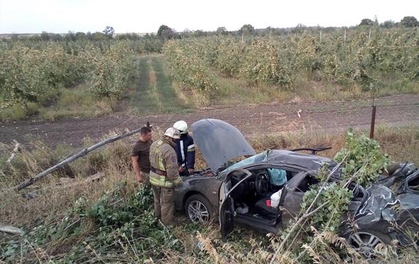 У Донецькій області легковик врізався у дерево, є жертви
