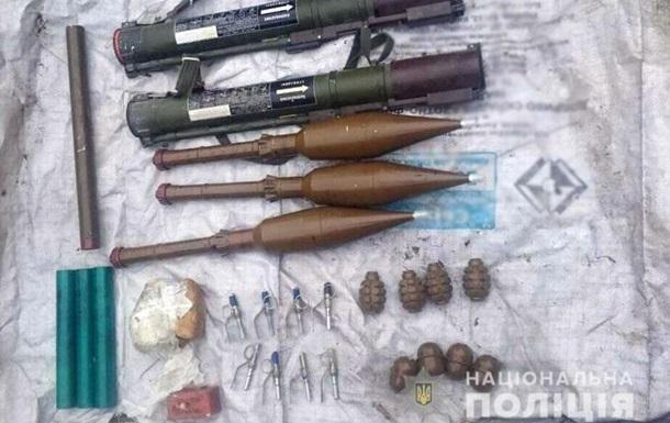 На Донбасі знайшли схованку із гранатометами і вибухівкою