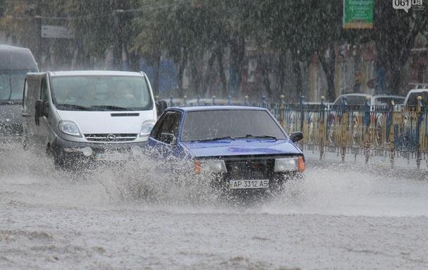 Потужна злива перетворила вулиці Запоріжжя на річки