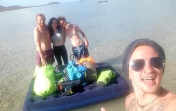 Туристи продірявили матрац і застрягли на безлюдному острові