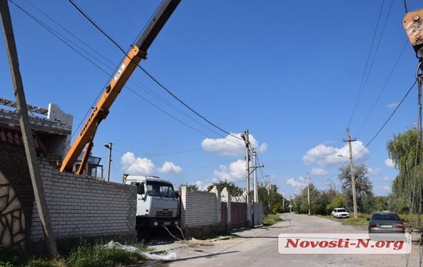 У Миколаєві кран зачепив лінію електропередач, загинув робітник