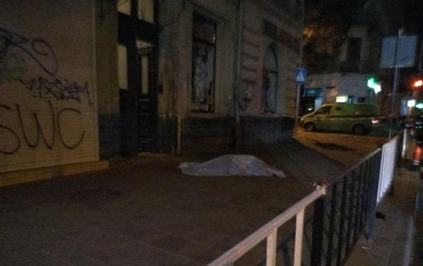 У Львові жінка впала з другого поверху і загинула