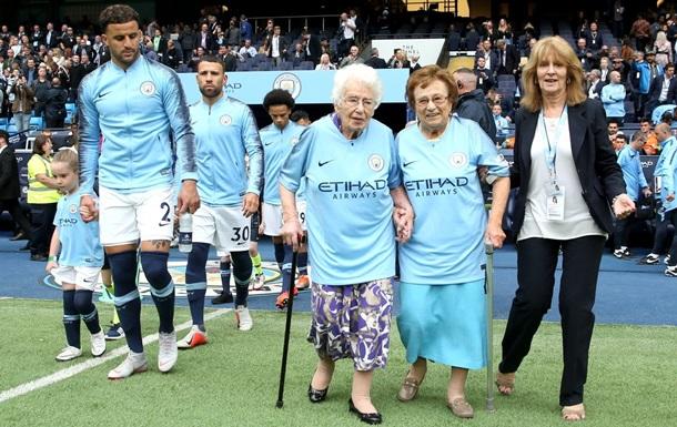 Столетние сестры вывели игроков на матч в Англии