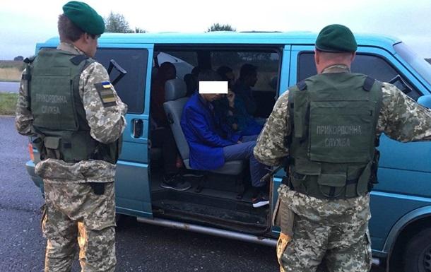 Українець намагався вивезти до Польщі сімох нелегалів