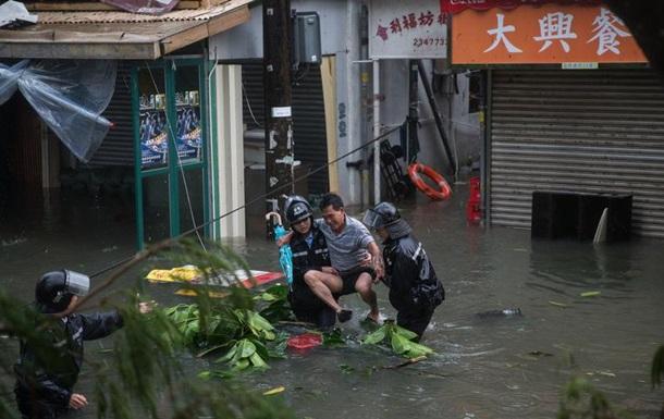 На півдні Китаю триває евакуація через тайфун Мангхут