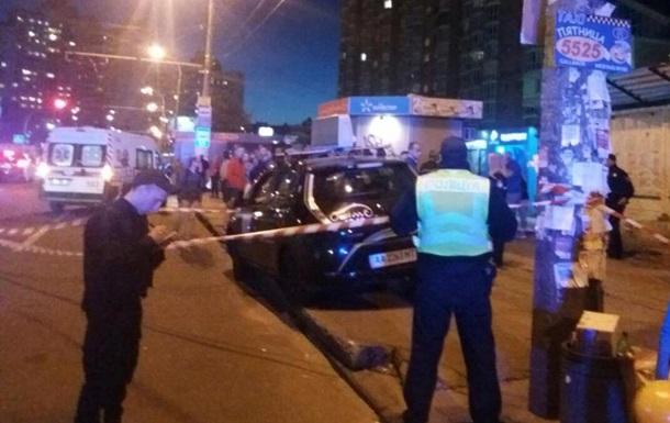 В Киеве такси въехало в остановку с людьми