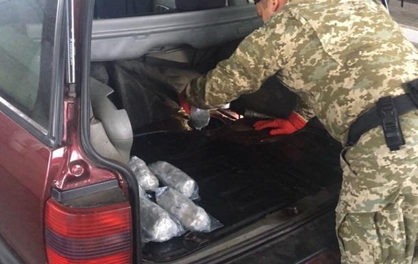 Українець намагався вивезти 21 кг наркотиків в паливному баку