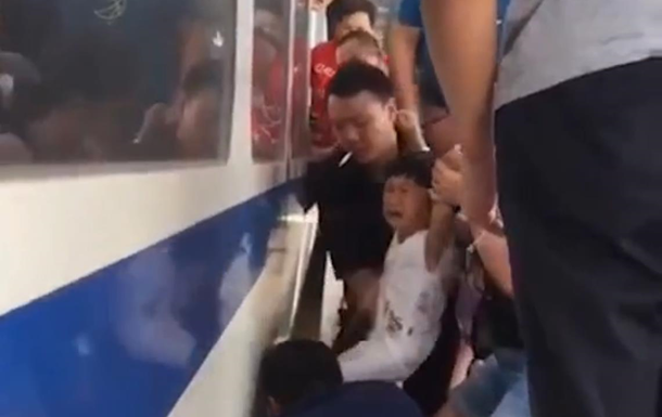 Трехлетнюю девочку спасли из-под поезда