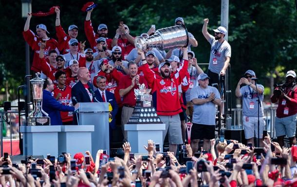 Хокеїсти Вашингтона пошкодили Кубок Стенлі