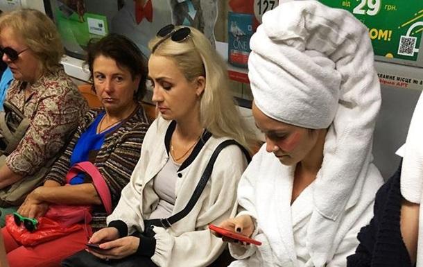 У метро Києва помітили людей у банних халатах