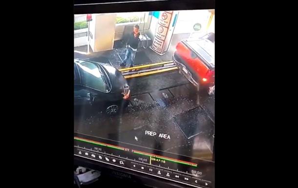 Мужчина растолкал авто голыми руками и прославился