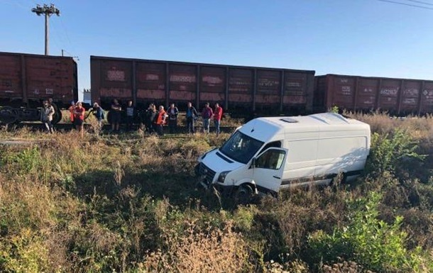 У Миколаївській області мікроавтобус зіткнувся з поїздом