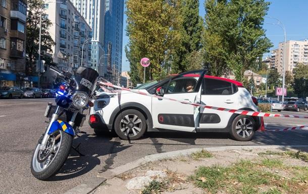 В Киеве автомобиль сбил полицейского на мотоцикле