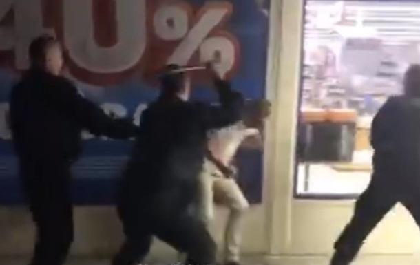 ВКиеве охрана супермаркета избила клиента зазамечание