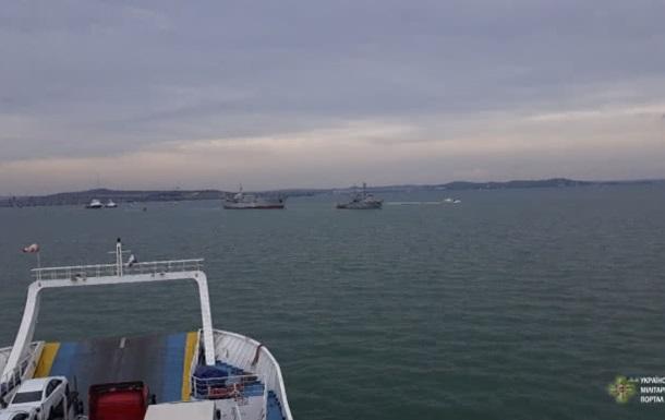 Украинские военные корабли прошли Керченский мост