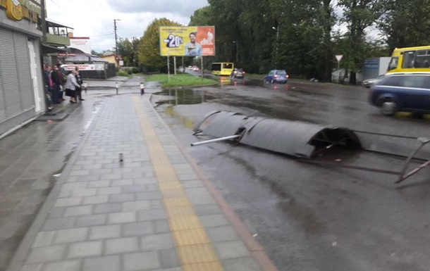 У Львові вітер зніс зупинку транспорту