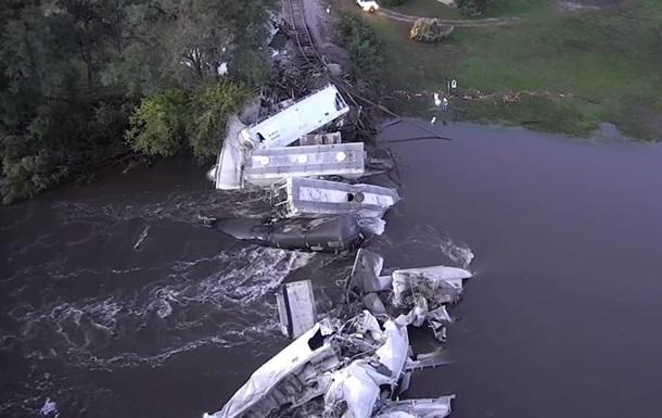 У США потяг впав з моста в річку