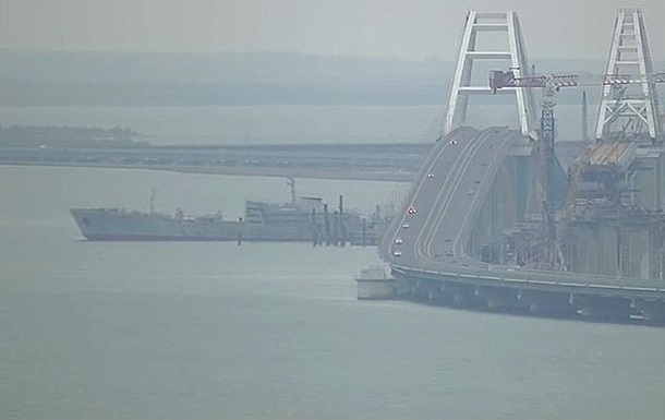 ВМС прошли под Крымским мостом. Киев строит базу