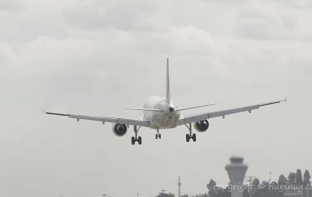 Лайнер Airbus знесло при посадці сильним вітром