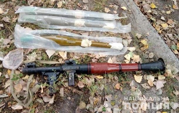 У Луганській області чоловік гуляв з мішком зброї