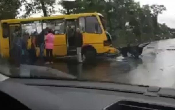 У Київській області автомобіль зіткнувся з автобусом