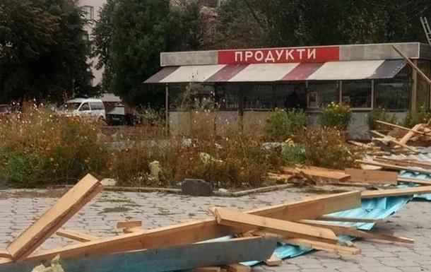 В Житомирской области ветер сорвал крышу магазина, есть пострадавшие