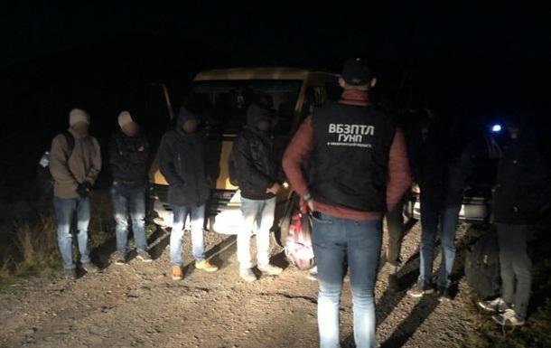 На Закарпатті затримали мікроавтобус з нелегалами