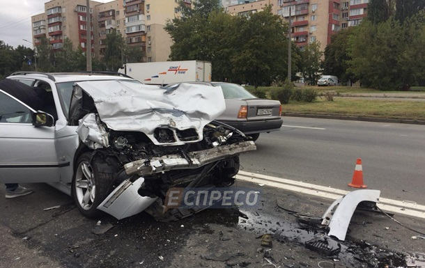 У Києві зіткнулися чотири авто