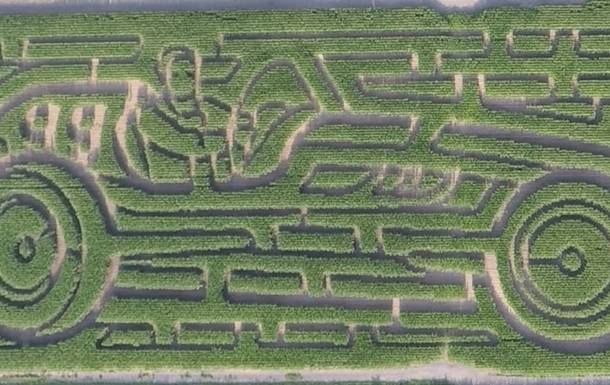 Чоловік створив лабіринт з кукурудзи в формі авто